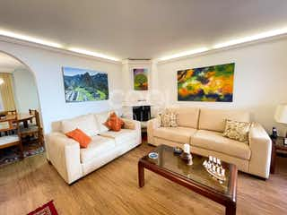 Una sala de estar llena de muebles y una televisión de pantalla plana en Casa en Venta en Cedritos