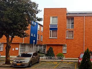 Un par de coches estacionados delante de un edificio en Venta Casa Fátima frente Colmotores sobre Av Boyacá.