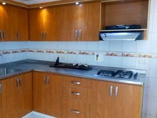 Una cocina con armarios de madera y un fregadero en Casa venta en medellín Loma de los Bernal 750707 P.1