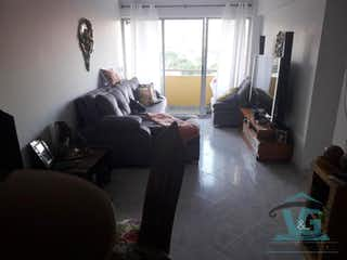 Una sala de estar llena de muebles y una ventana en Mirador de los Alpes