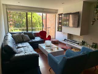 Una sala de estar llena de muebles y una ventana en Apartamento en venta en Bella Suiza, 138mt con balcon