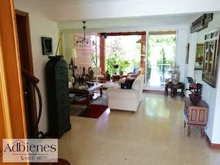 Una sala de estar llena de muebles y una ventana en QUINTAS DE CLARAVAL
