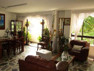 Una sala de estar llena de muebles y una ventana en EDIFICIO URAPANES