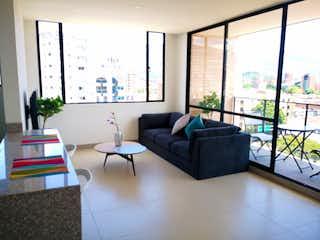 Una sala de estar llena de muebles y una ventana en Apartamento en Venta Conquistadores, Medellín