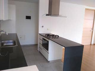 Una cocina que tiene un fregadero y una estufa en Vendo Lindo Apartamento  Sector Estadio 90.8 mts