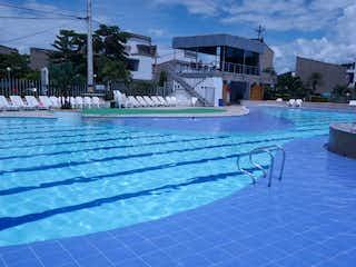 Una vista de una piscina en una ciudad en Vendo o Cambio casa de verano en San Jeronimo