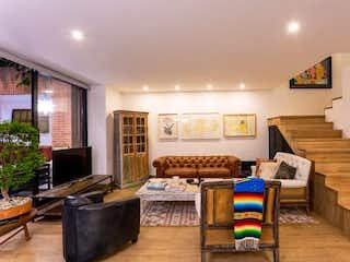 Una sala de estar llena de muebles y una gran ventana en Casa en Venta POBLADO