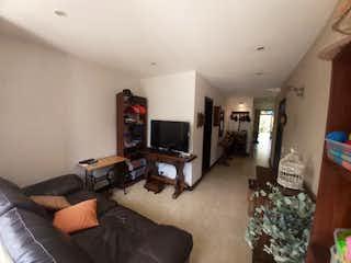 Una sala de estar llena de muebles y una televisión de pantalla plana en Casa en Venta EL RETIRO