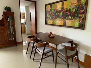 Una sala de estar llena de muebles y una televisión de pantalla plana en Apartamento en Venta LAURELES