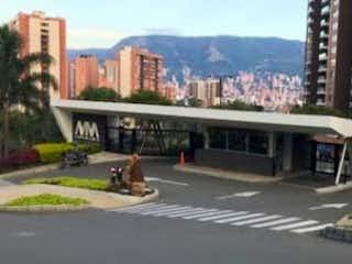 Un autobús conduciendo por una calle al lado de edificios altos en Apartamento en Venta LOMA DE LOS BERNAL