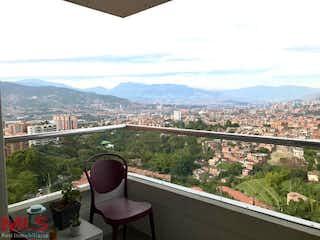 Una vista de una ciudad desde una ventana en Aluna