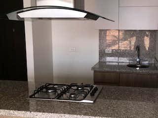 Una cocina con una estufa y un fregadero en Apartamento en venta en Casco Urbano Chía de 2 habitaciones