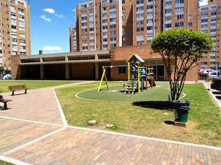 Un parque con un banco de parque y árboles en VENTA APARTAMENTO FONTIBON