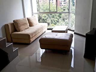 Una sala de estar llena de muebles y una ventana en Venta duplex parte baja del Poblado, cerca a todo.