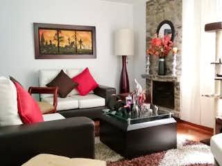 Una sala de estar llena de muebles y una ventana en Casa en venta en Batán, de 206mtrs2
