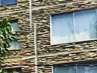 Un cierre de un edificio con una ventana en VENTA  ZONA CENTRICA PARA VIVIR O INVERSION