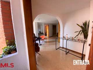 Una sala de estar llena de muebles y una ventana en Fuente De Meriba