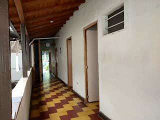 Una habitación que tiene una ventana en ella en Venta de casa Envigado barrio Uribe ngel P.1 C.3330584