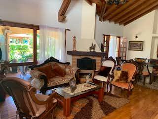 Una sala de estar llena de muebles y una ventana en Casa en venta en Hojas Anchas, de 3279mtrs2