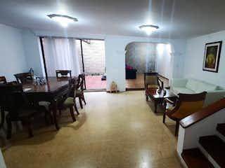 Una sala de estar llena de muebles y una mesa en Venta casa cerca al MALL LA SEBASTIANA, con amplios espacios.