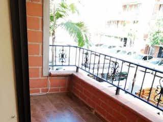 Un banco de madera sentado delante de la ventana en Casa Unifamiliar De Tres Niveles Niquia Bello - Antioquia
