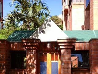 Un banco de madera sentado delante de un edificio en Venta apartamento dúplex Envigado Zúñiga P.4 C.3331034
