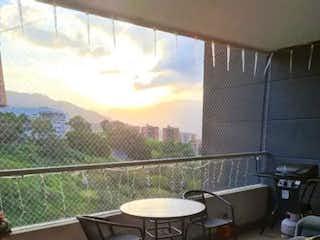 Una sala de estar con un sofá y una mesa en Apartamento en venta en Loma Del Escobero, 122m² con Piscina...