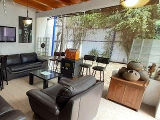 Una sala de estar llena de muebles y una ventana en Vendo Residencia de 3 recámaras con jardín, en Tlalpan Centro