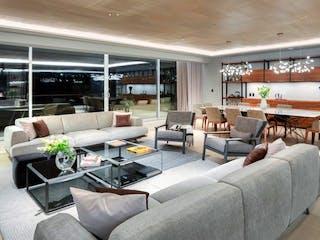 Una sala de estar llena de muebles y una gran ventana en Departamento en venta en Bosques De Las Lomas de 3 recámaras