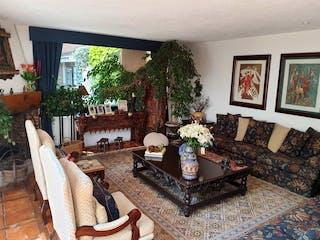 Una sala de estar llena de muebles y un árbol de navidad en CASA EN VENTA CONTADERO