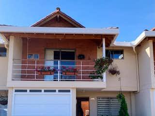 Una casa que tiene una ventana en ella en Casa en venta en Circunvalar, 123m² con Balcón...