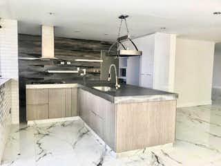 Una cocina con fregadero y nevera en Penthouse en Venta Poblado Medellin