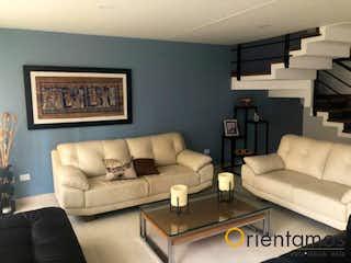 Una sala de estar llena de muebles y un sofá en QUINTAS DE ÁNGEL