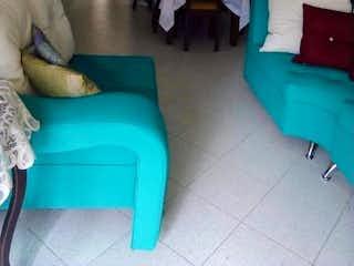 Una sala de estar llena de muebles y una ventana en Apartamento en venta en Universidad Medellín, de 104mtrs2
