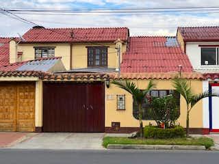 Un edificio con un techo rojo y un techo rojo en Casa En Venta En Bogota Villa Magdala-Usaquén