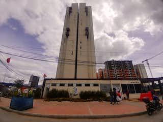 Un edificio alto con un reloj en la parte superior en Apartamento En Venta En Bogota Fontibon