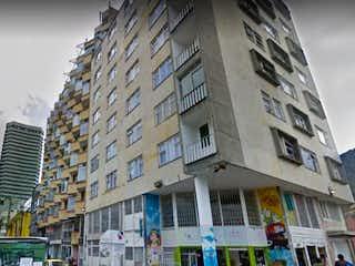 Una alta torre de reloj que se eleva sobre una ciudad en Apartaestudio En Venta En Bogota Candelaria