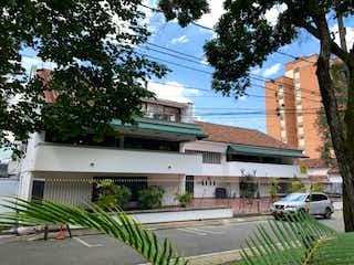 Un edificio con un árbol delante de él en HERMOSO APARTAMENTO