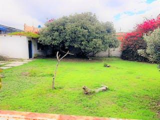 Un par de animales que están en la hierba en Lote o Casa Lote en Chía