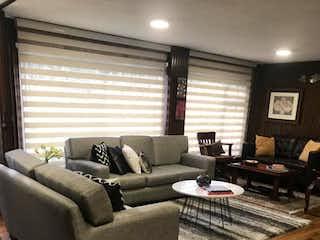 Una sala de estar llena de muebles y suelos de madera en Apartamento en venta en El Virrey, 174m²
