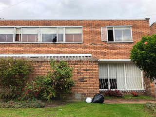 Un edificio de ladrillo con un edificio de ladrillo rojo en Casa En Venta En Bogota Niza
