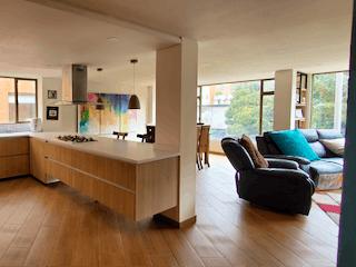 Una sala de estar llena de muebles y una ventana en Apartamento en venta en La Cabrera, de 163mtrs2