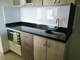 Una cocina con lavabo y microondas en APARTAMENTO EN VENTA CALASANZ
