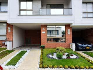 Un edificio con un montón de flores en él en Venta casa La Estrella 2 pisos C.3335245