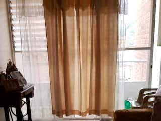 Una sala de estar llena de muebles y una ventana en Apartamento en venta en San José, Envigado.