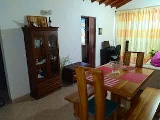 Una sala de estar llena de muebles y una mesa de madera en Apartamento en venta en La Mina, Envigado.