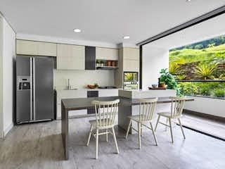 Una cocina con nevera y una mesa en Apartamento en Venta POBLADO