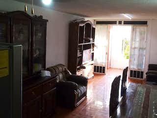 Una sala de estar llena de muebles y una ventana en Casa en venta en La Esperanza, 190mtrs2