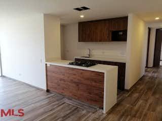 Una cocina con suelos de madera y armarios de madera en Condominio Natural Plante