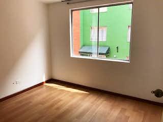 Un cuarto de baño con un espejo y una ventana en Apartamento en venta en El Tintal, 66m²